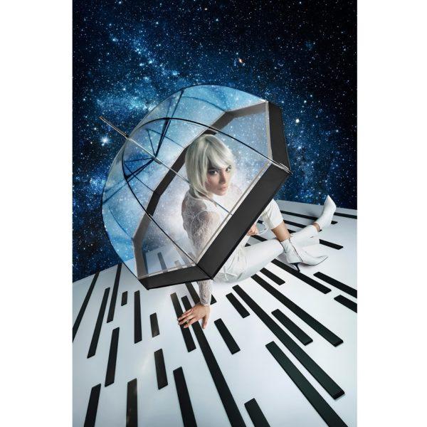 Skaidrus skėtis su modeliu